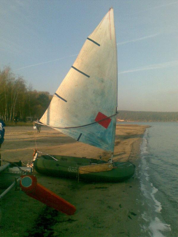 лодка под парусом для рыбалки